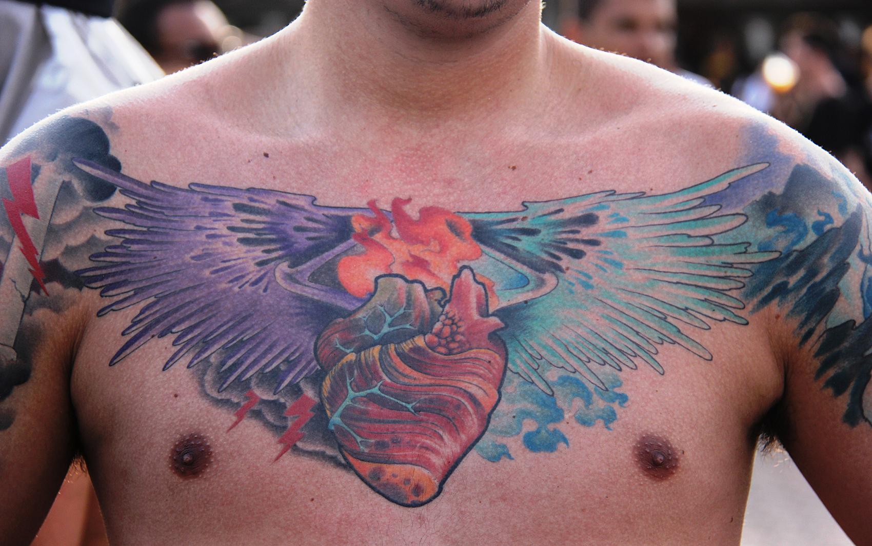Rock in Rio, dia 7 – Homem tatuou coração alado e em chamas bem no meio do peito