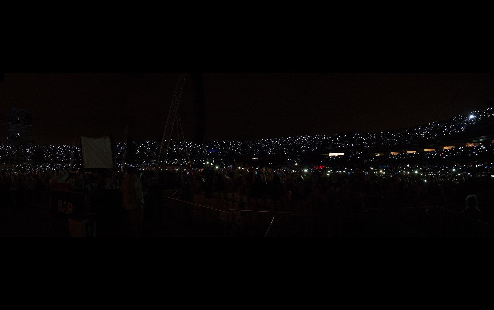 Quando Jon Bon Jovi pediu que a plateia usasse a luz de seus celulares apontando-os para a frente, o Morumbi ficou iluminado pelos fãs