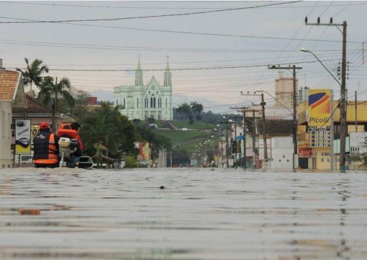 Cidade de Rio do Oeste, no Vale do Itajaí, continua alagada nesta quarta-feira (25)