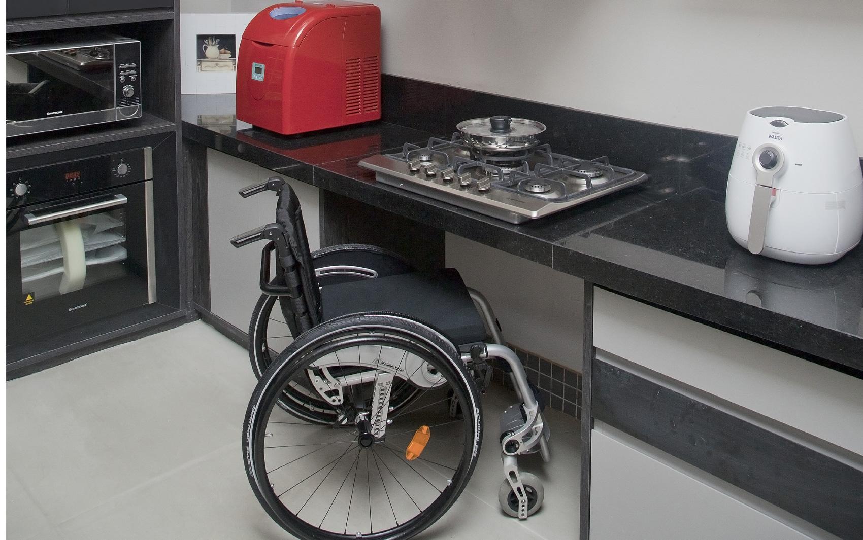 Cozinha adaptada para cadeirante na instalação Experience Regina  #9B3035 1700 1065