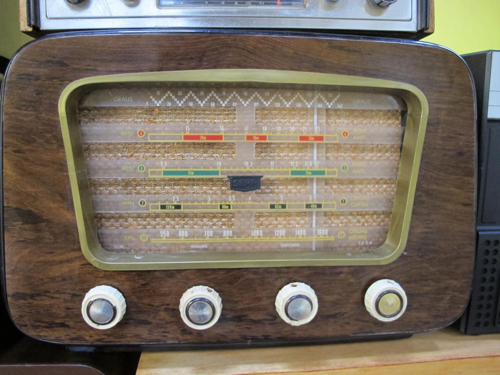 Rádio antigo faz parte de coleção de aposentado de Santos, SP