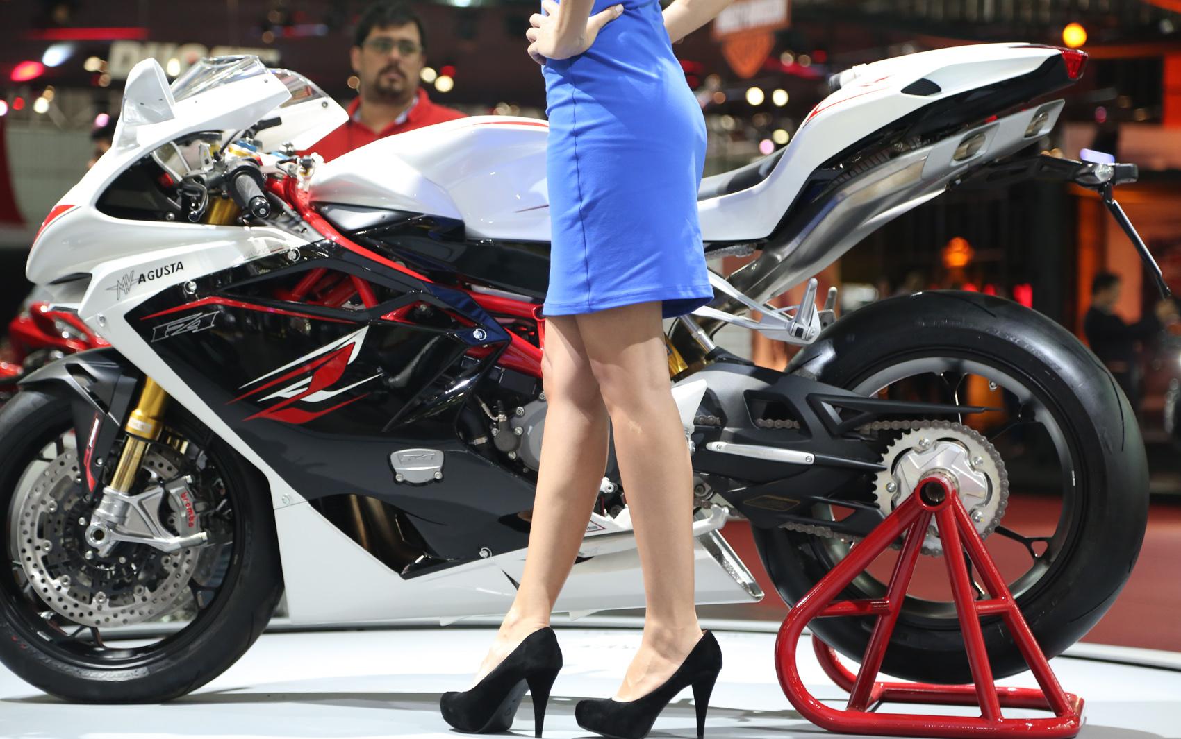 Musas embelezam os estandes posando com as motos apresentadas no Salão Duas Rodas 2013