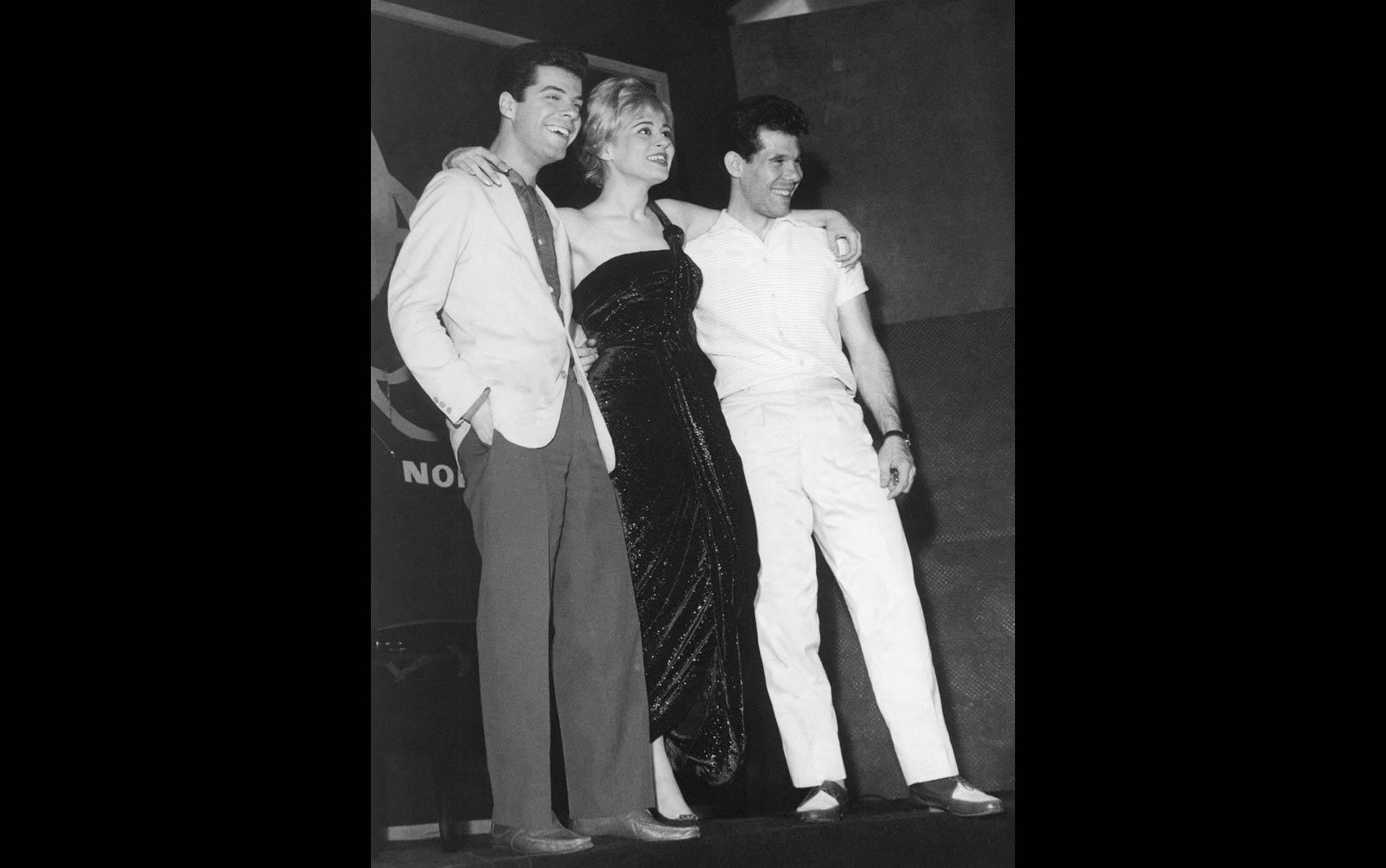 Norma Bengell posa com os cantores Tony Campello (esq.) e Carlos José (dir.), na 1ª Convenção da Fábrica de Discos Odeon para revendedores, em São Paulo, em setembro de 1959
