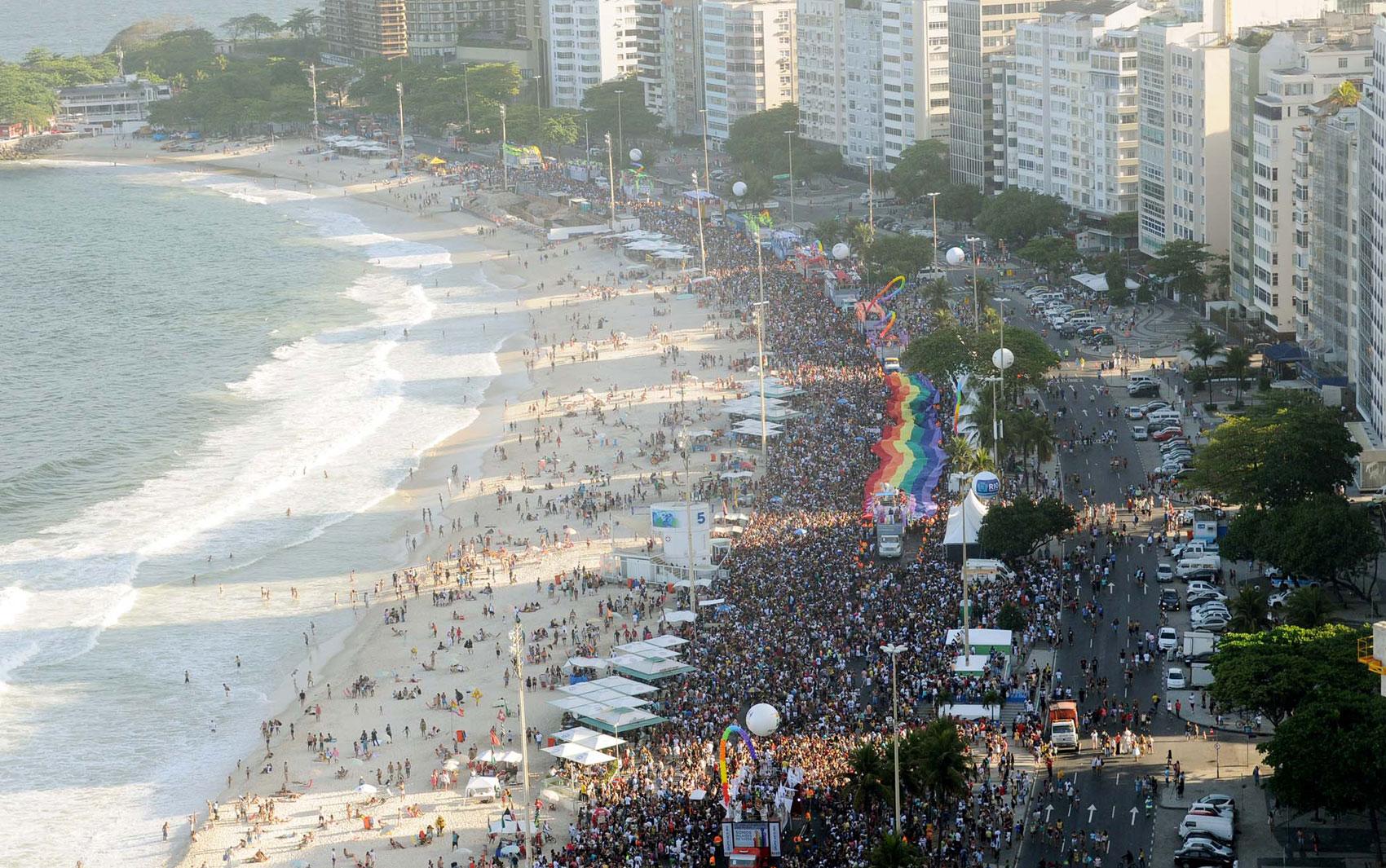 Vista do alto mostra a multidão em Copacabana durante a Parada Gay 2013