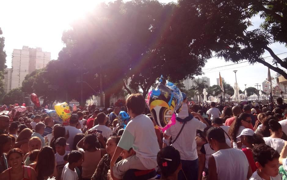 Muitas crianças aguardavam o início da procissão ao lado da Praça Santuário, na avenida Nazaré