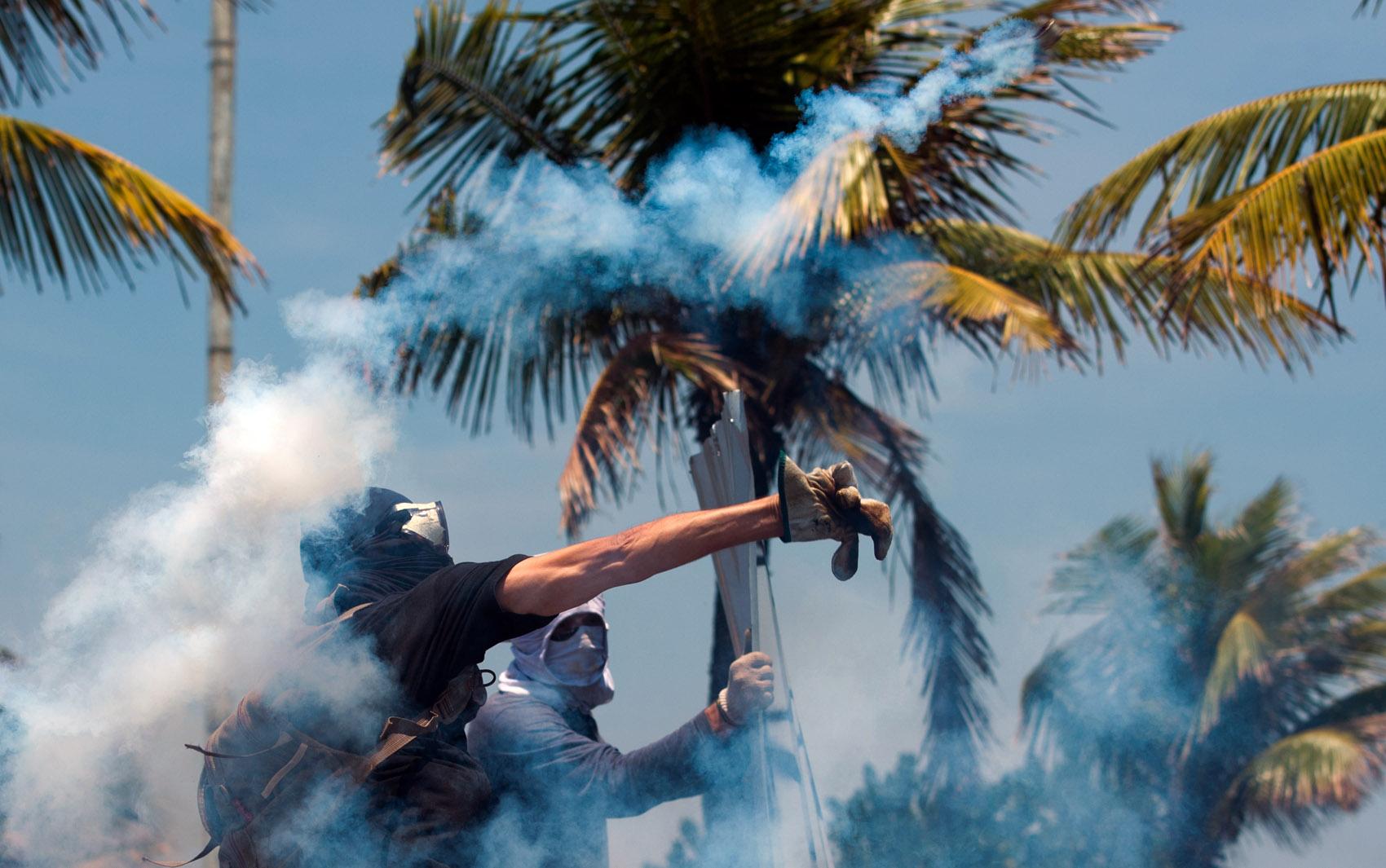 Mascarados jogam bombas em direção aos policiais no Rio de Janeiro