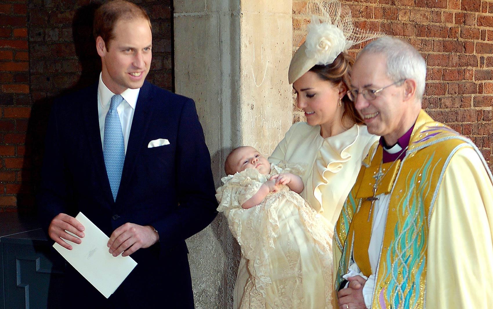 Acompanhados pelo arcebispo de Canterbury, Justin Welby, William e Kate deixam a Capela Real com George após seu batismo