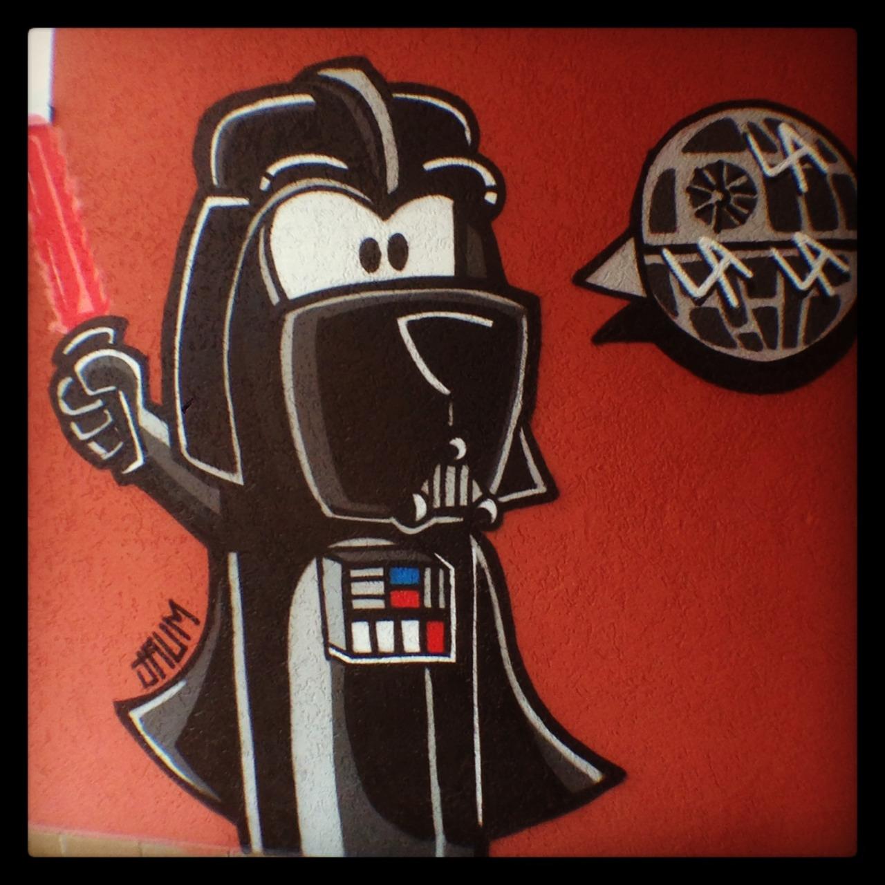 La La La Dog passa para o lado negro da força e encarna Darth Vader em uma lanchonete.
