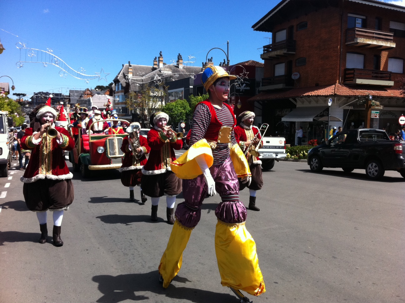 Parada de Natal tem Papai Noel e 'duendes músicos' em Gramado