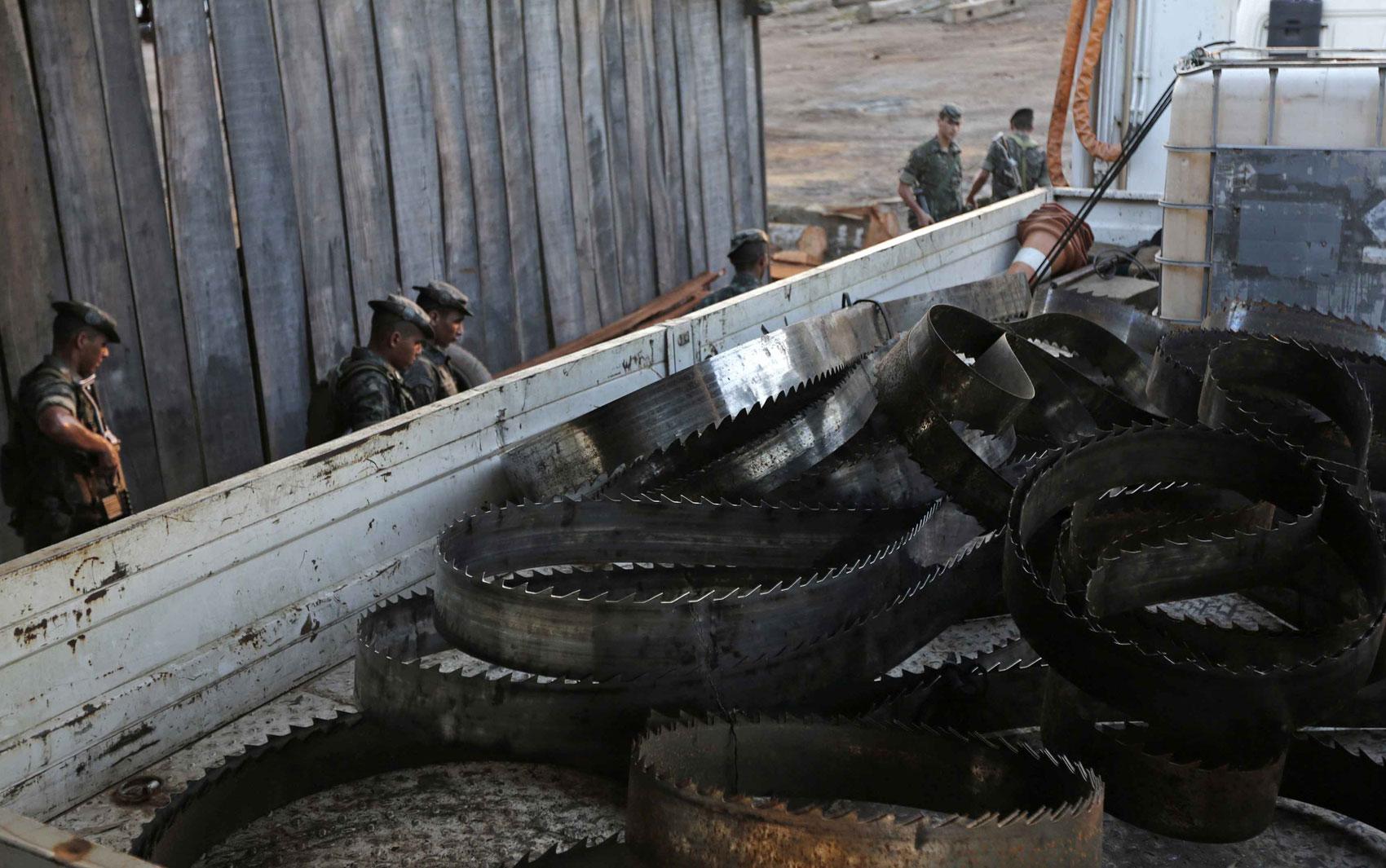 Homem trabalha em um garimpo de ouro ilegal perto de Morais Almeida  #614B3E 1700x1065