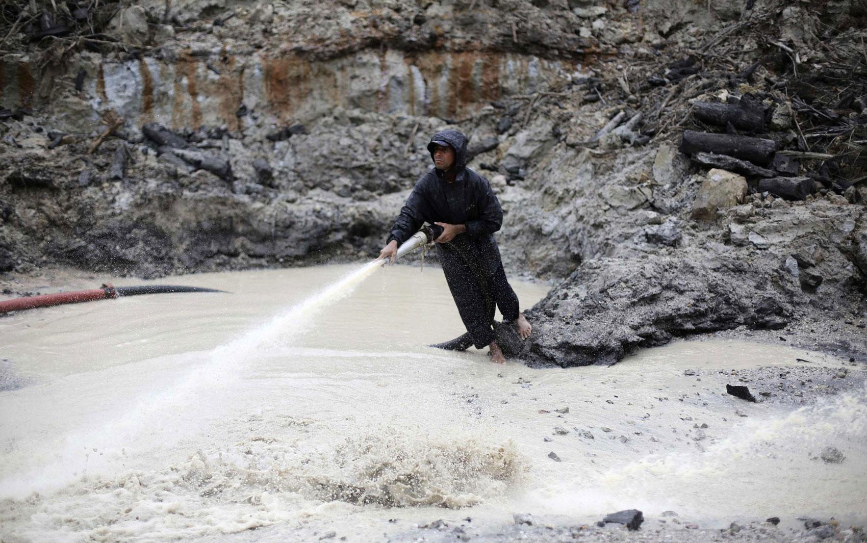 Homem trabalha em um garimpo de ouro ilegal perto de Morais Almeida  #5B4E45 1700x1065