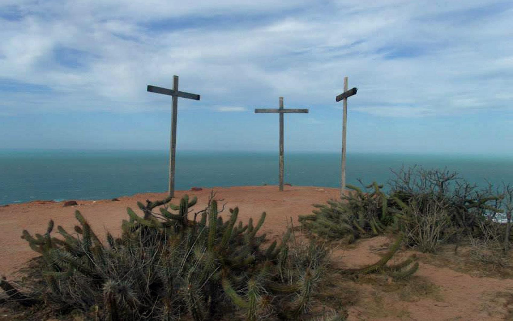 Praia de Ponta do Mel, em Areia Branca, RN. Cruzes foram usadas na gravação do filme 'Maria, Mãe do Filho de Deus', e se tornaram um ponto turístico