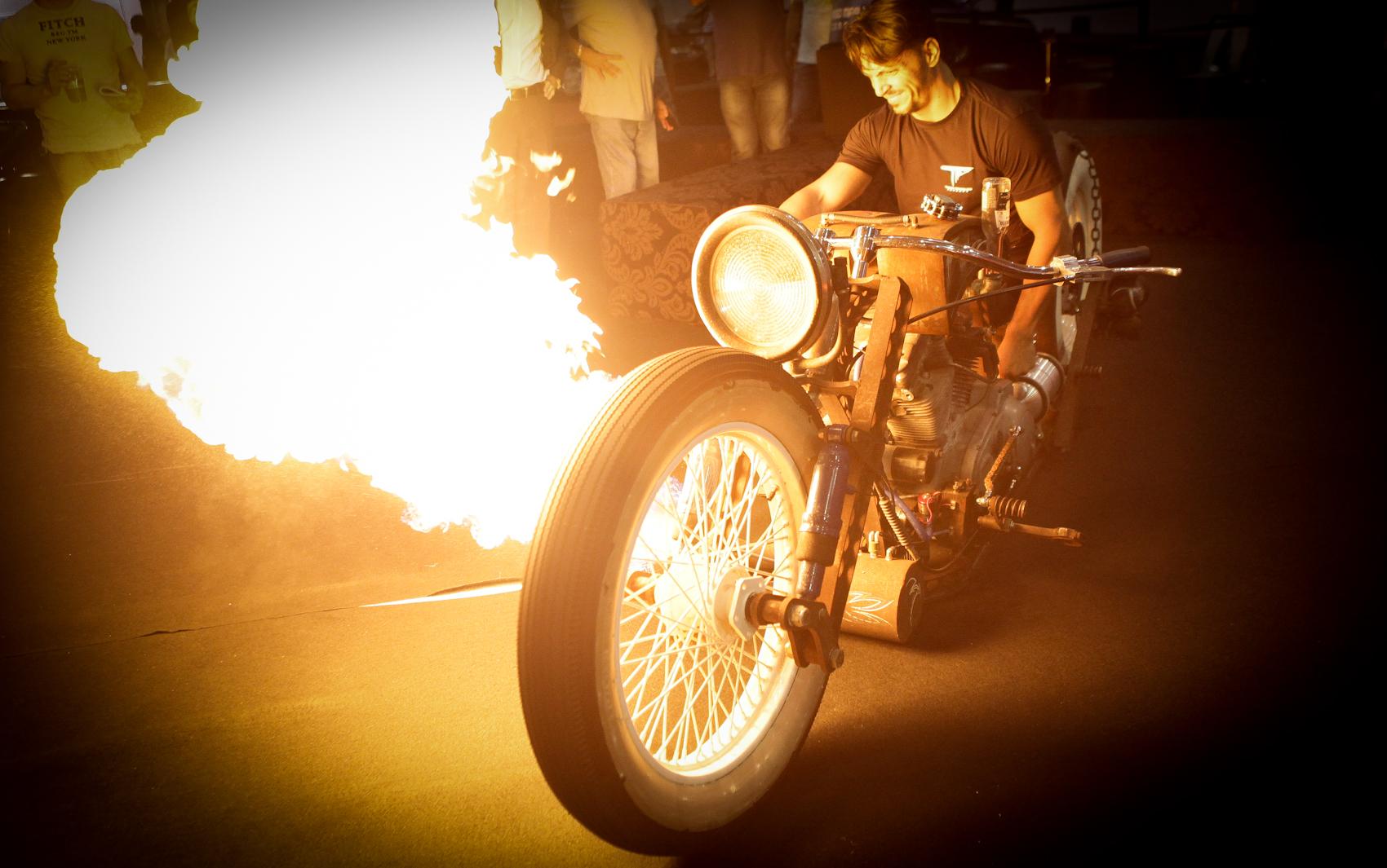 Com visual de enferrujada e rodas de carro, uma moto customizada, exposta no AutoEsporte ExpoShow, é avaliada em cerca de R$ 300 mil, de acordo com seu criador, o piloto Tarso Marques.