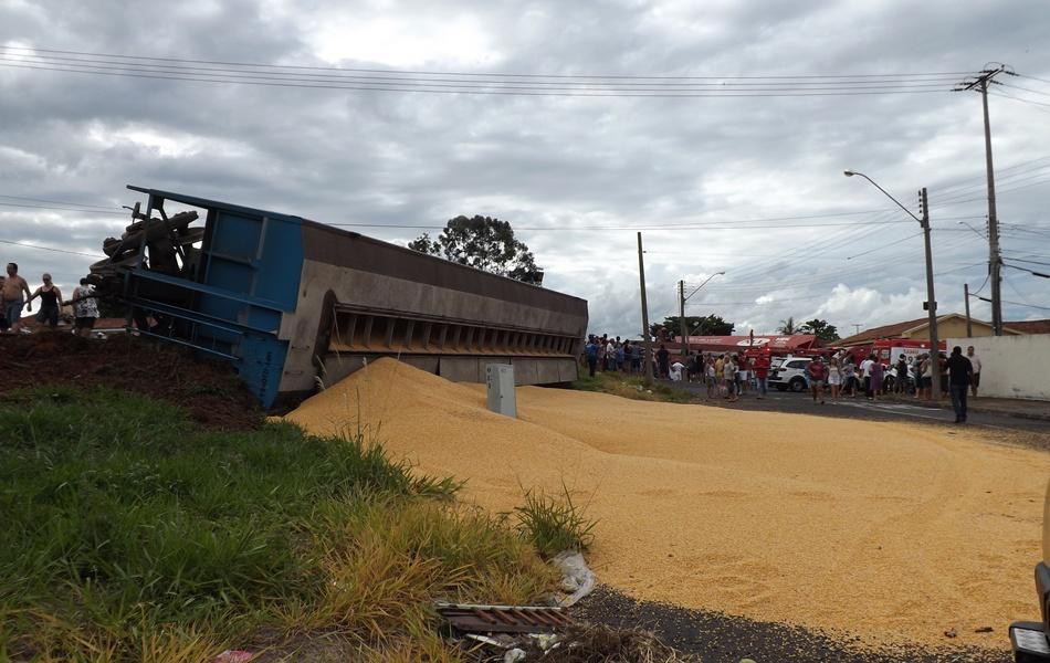 Um dos vagões que tombaram na linha férrea de Rio Preto neste domingo