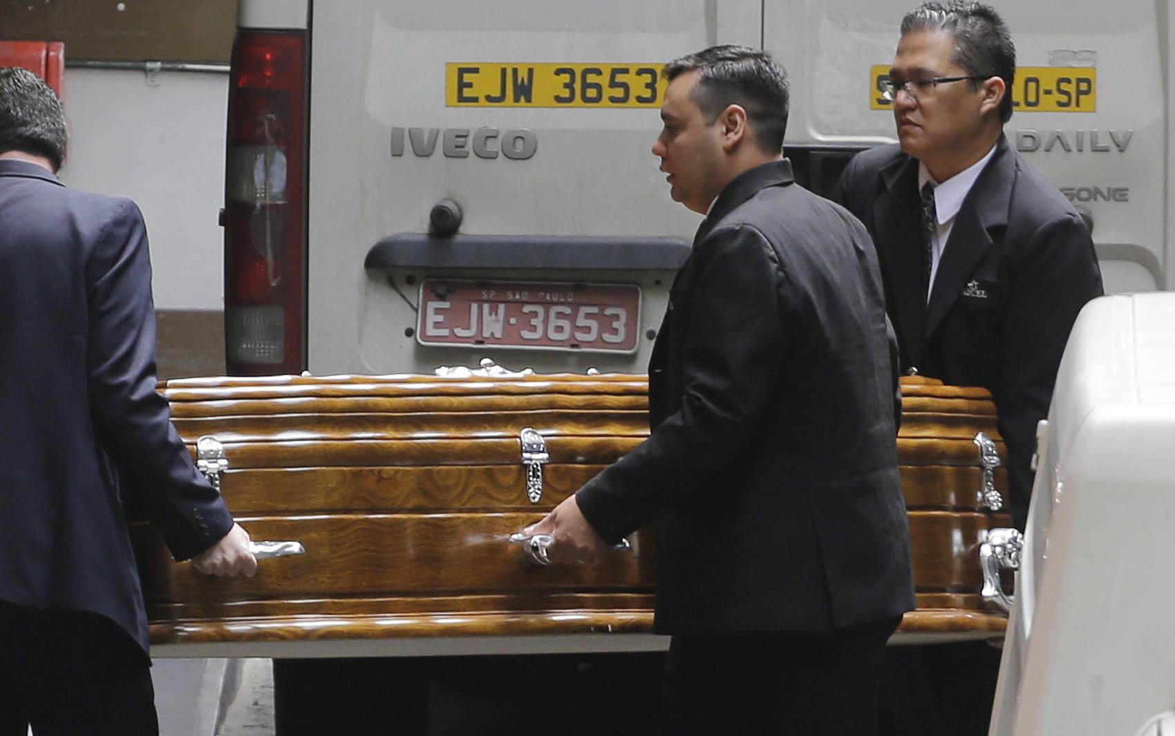 O caixão com o corpo do governador de Sergipe, Marcelo Déda (PT), deixa o Hospital Sírio-Libanês, em São Paulo