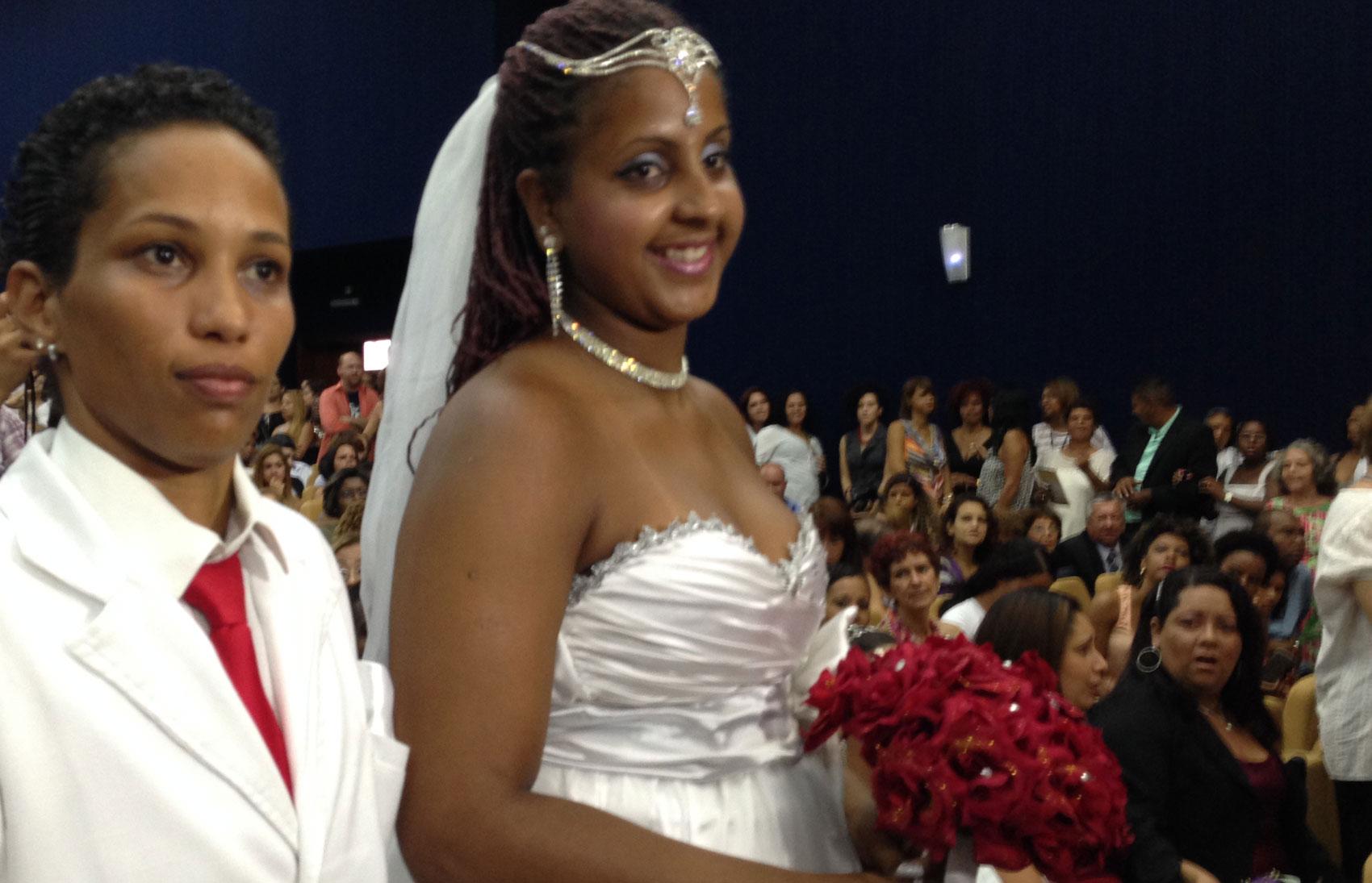 Lésbicas eram maioria entre os 130 casais que se uniram na cerimônica civil coletiva.