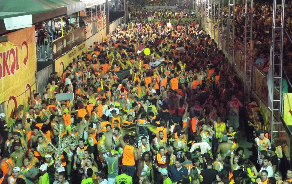 Bloco Coco Bambu foi o segundo a entrar no corredor da folia na última noite do Carnatal 2013
