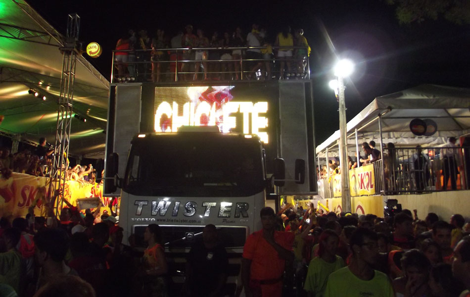 Banda Chiclete com Banana abriu a última noite do corredor da folia