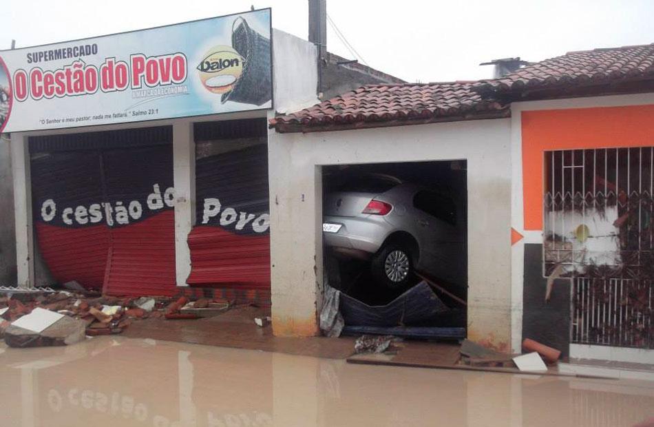 Depois da chuva, carro ficou fora do chão dentro de garagem em Lajedinho