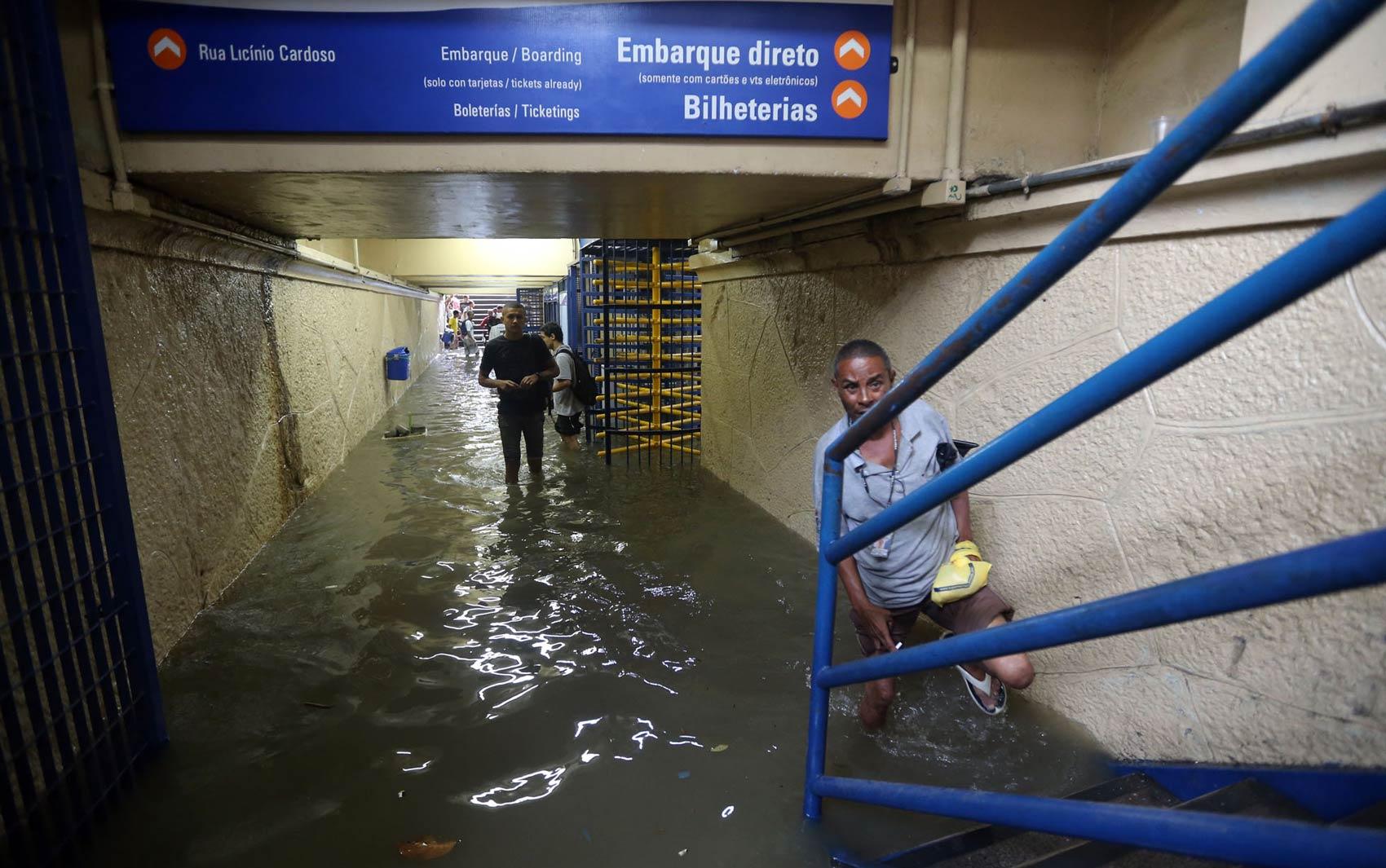 Estação de trem de São Francisco Xavier, no bairro do Rocha, Zona Norte do Rio de Janeiro, ficou alagada com a chuva forte