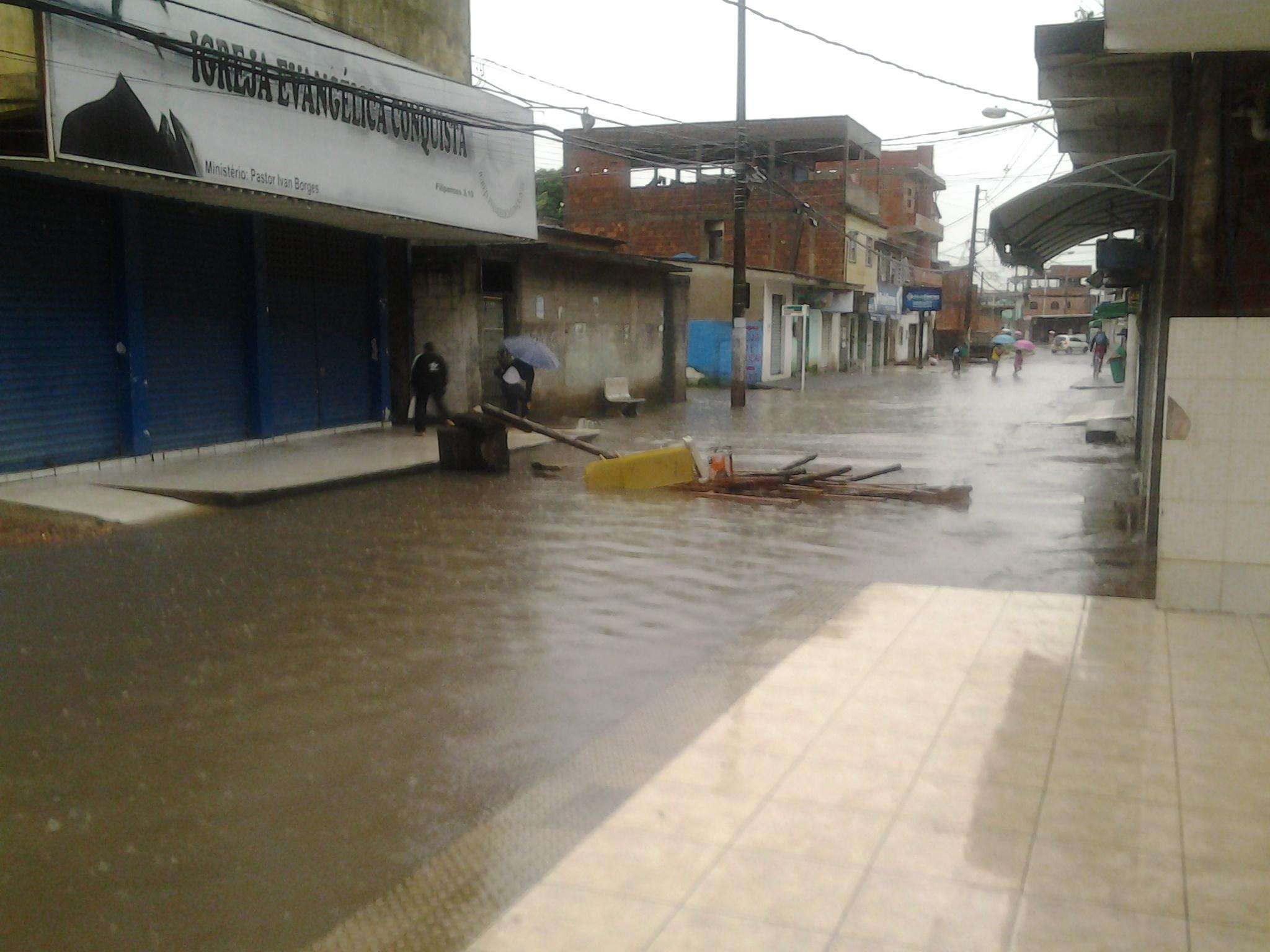 Avenida Porto Seguro, em Jardim Carapina, ficou alagada nesta quinta-feira (12) após forte chuva.
