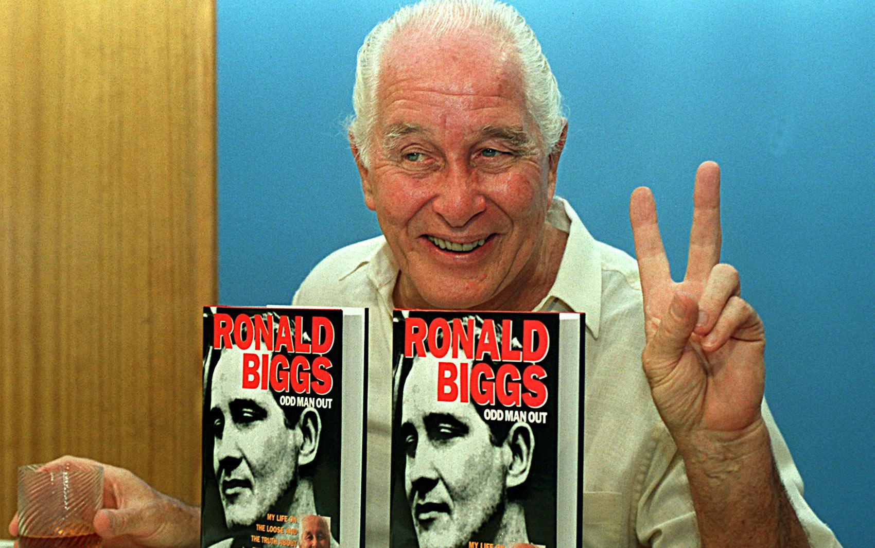 Em janeiro de 1994, Biggs lança sua autobiografia, 'Odd Man Out', no Rio de Janeiro