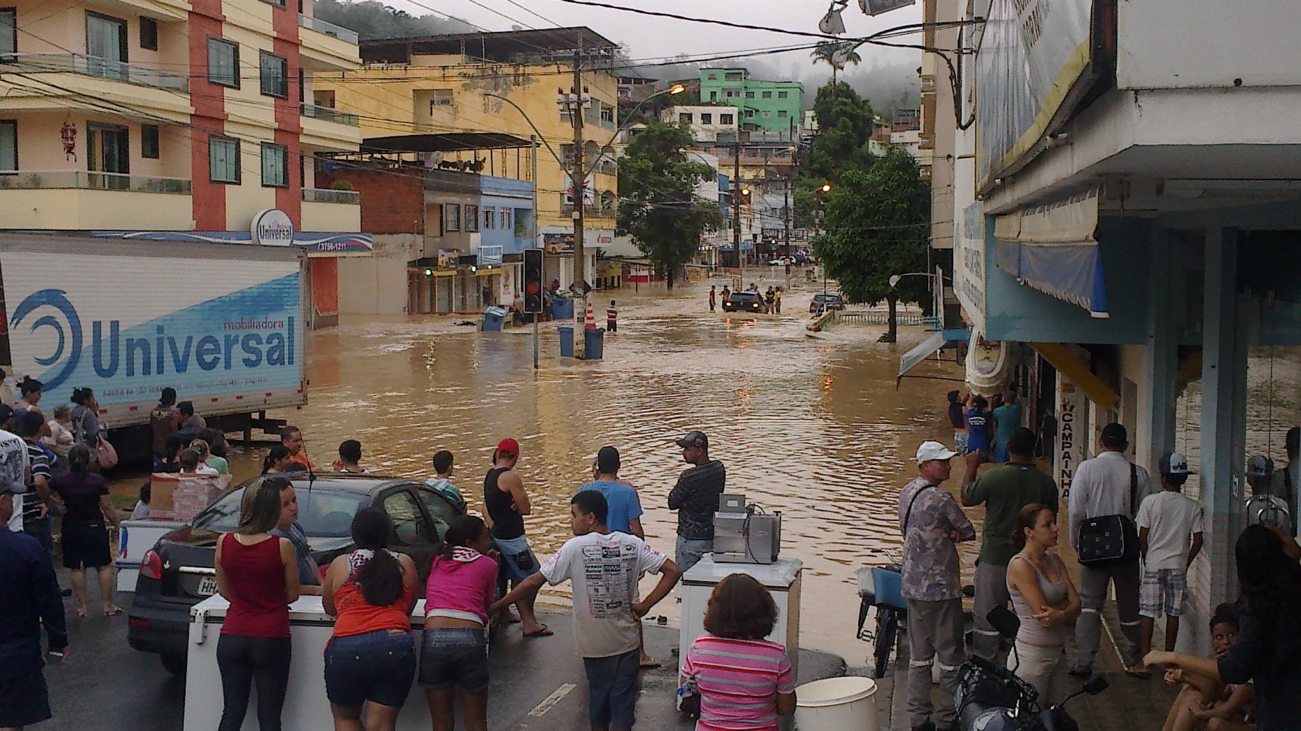 Moradores de Barra de São Francisco, ES, sofrem com as fortes chuvas.