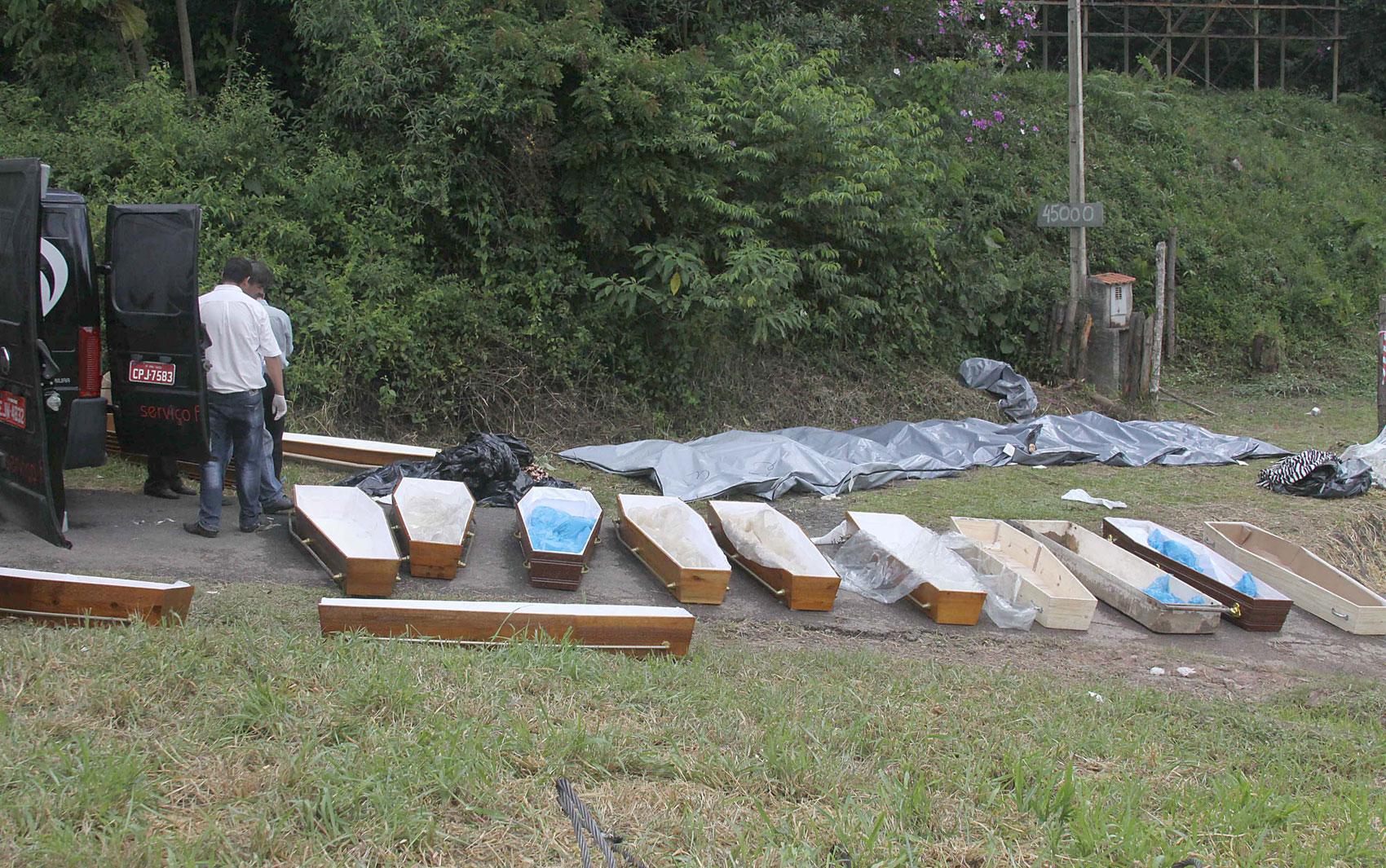 Caixões são levados ao local do acidente para o transporte das vítimas fatais