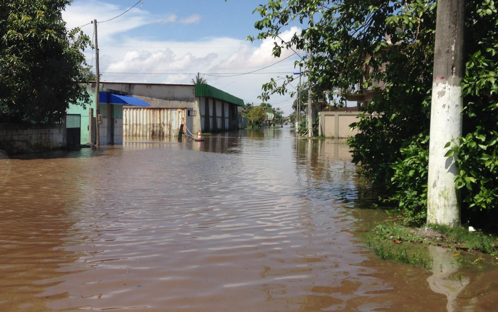 Com a enchente do rio Riacho, vilarejo que dá acesso à Regência, no Espírito Santo, sofre com alagamentos. Foto tirada na tarde da sexta-feira (27)