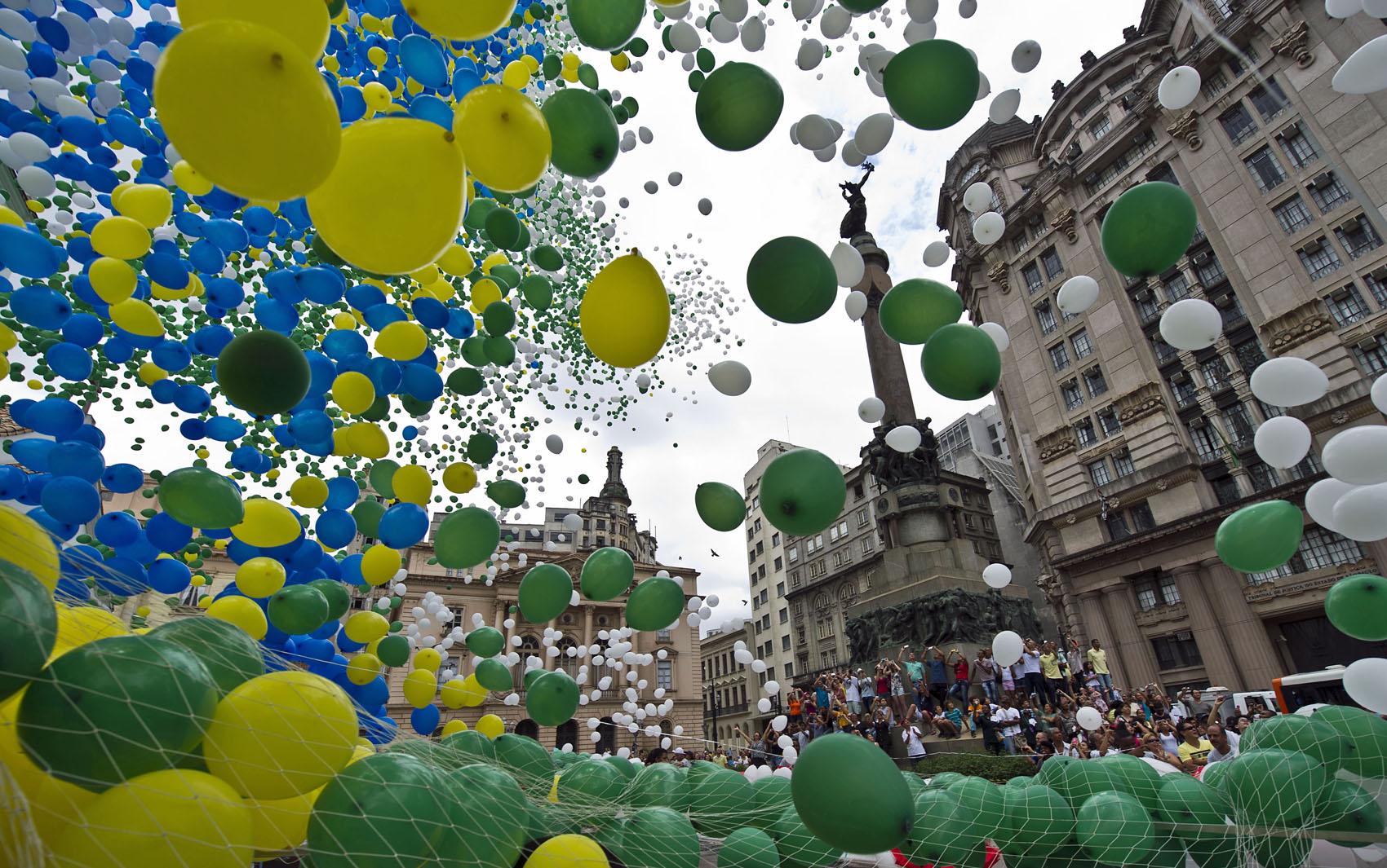 50 mil balões biodegradáveis foram soltos no centro de São Paulo, pela Associação Comercial de São Paulo para comemorar o réveillon 2014.