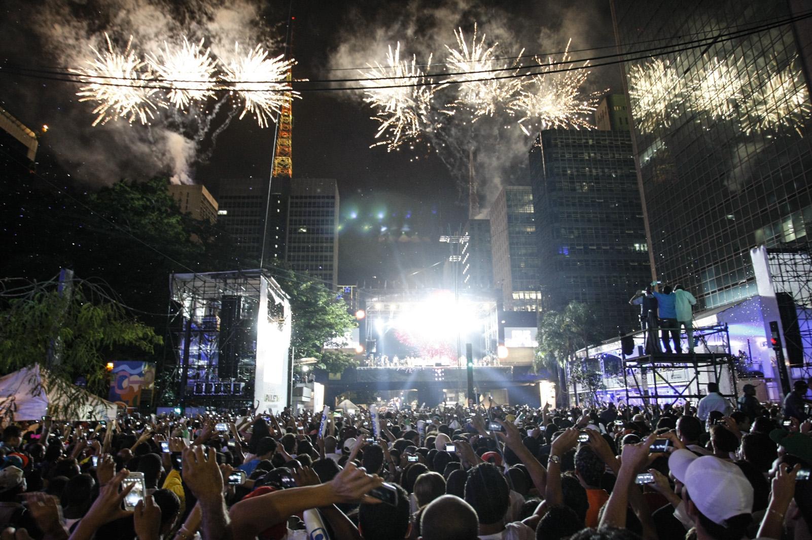 Fogos iluminam céu da Paulista durante a Virada