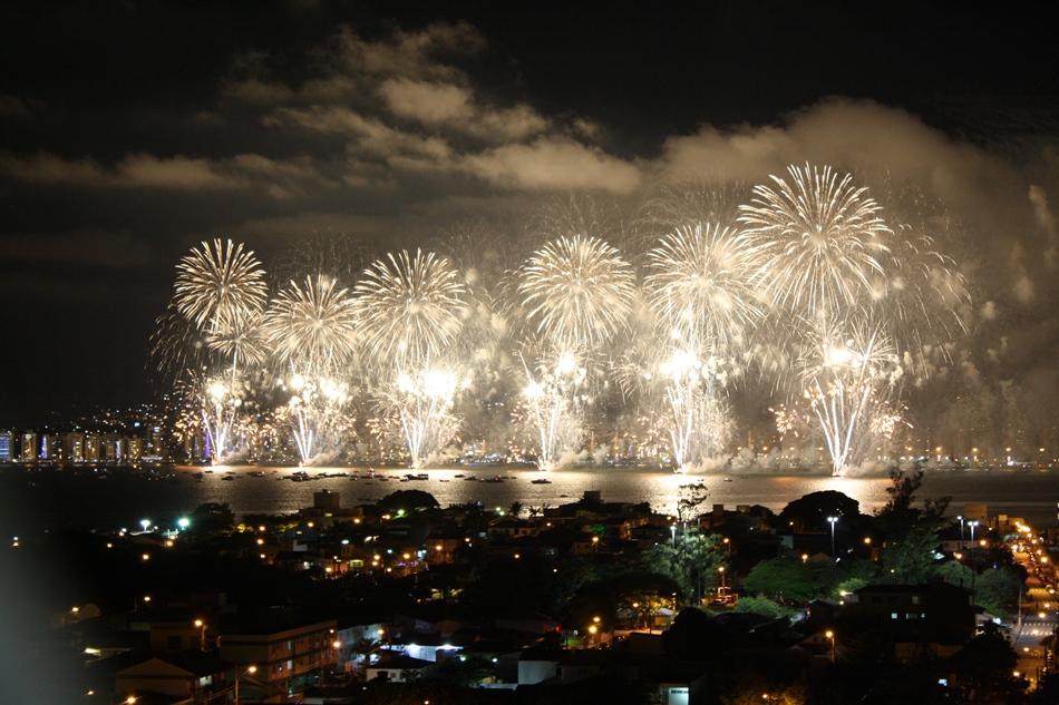 Fogos partiram de pelo menos sete balsas na capital catarinense