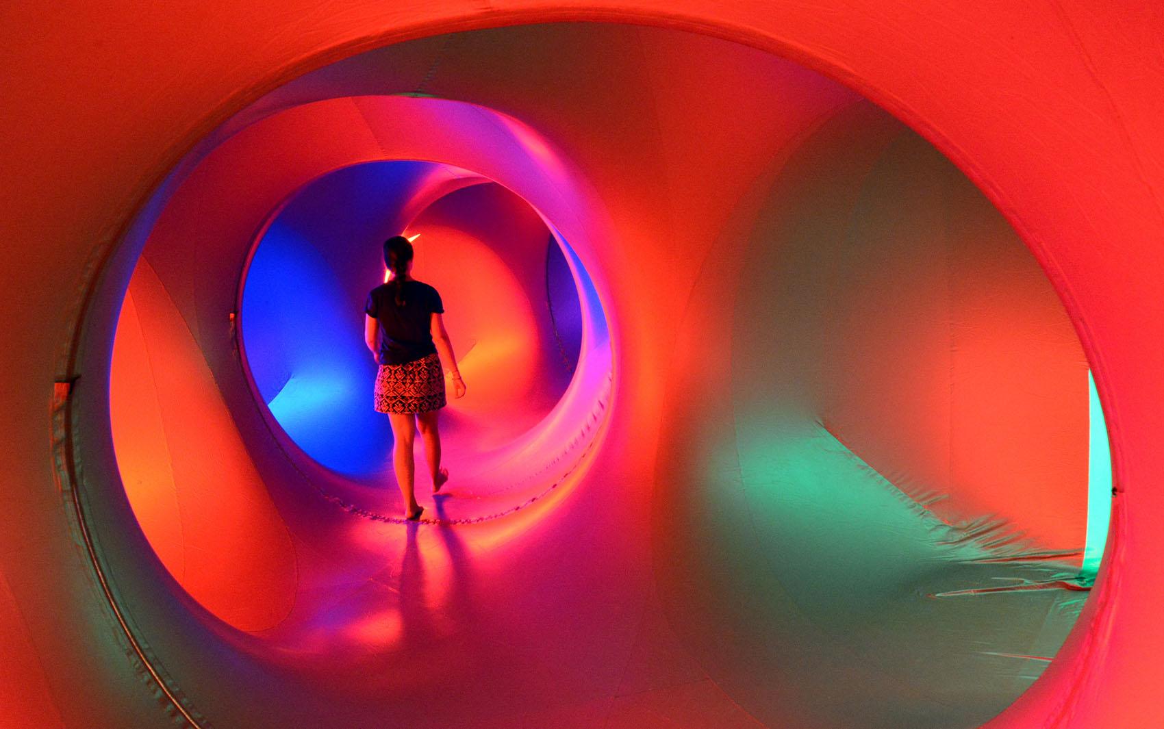 Visitante explora o interior de uma escultura inflável na Opera House em Sydney.
