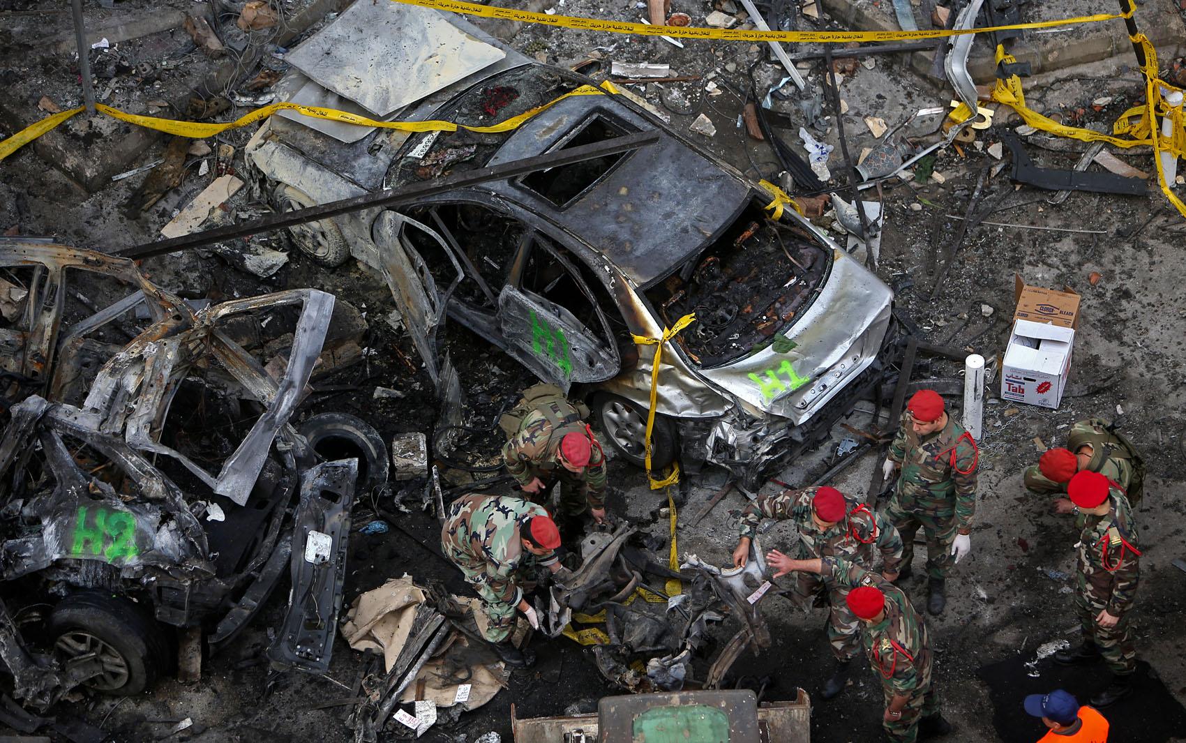 Investigadores do Exército libanês inspecionam o local de uma explosão de um carro bomba no sul de Beirute, no Líbano.