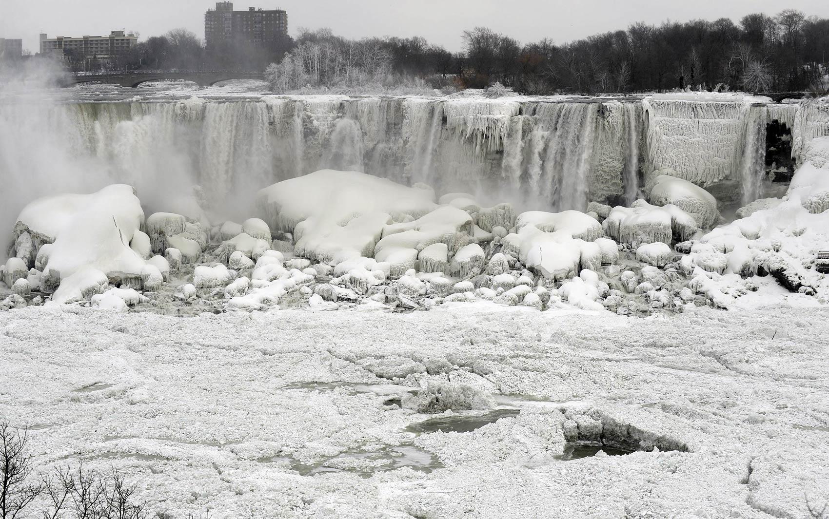 08/01 - Cataratas do Niágara, vistas da margem de Ontário, na fronteira com os EUA