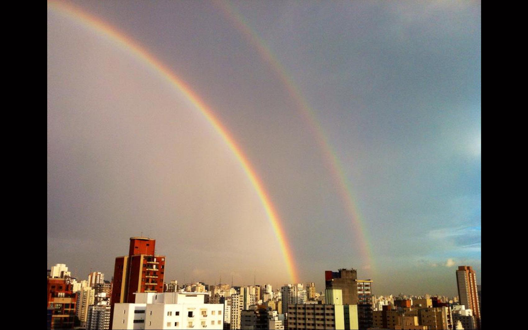 Arco-íris duplo aparece no céu de São Paulo no final da tarde desta quinta-feira (9).