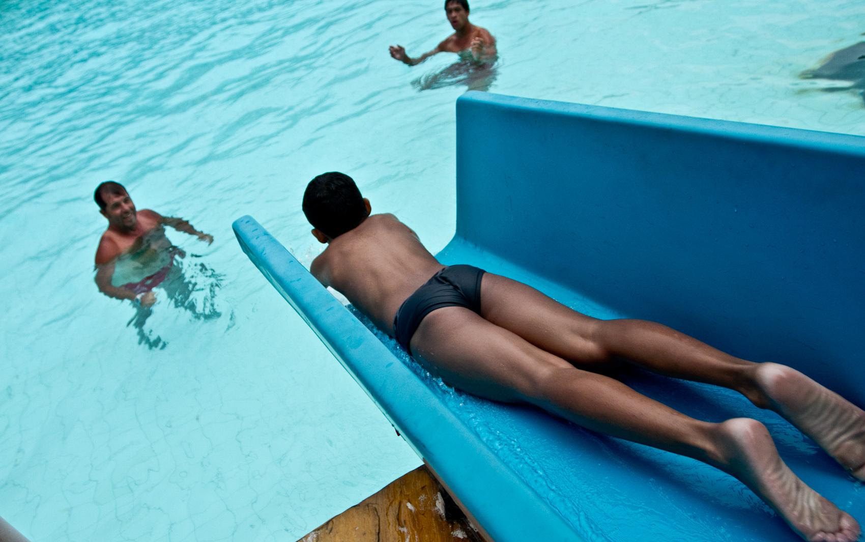 Fotos paulistanos curtem piscinas em dias de calor nas for Piscina zona norte avila