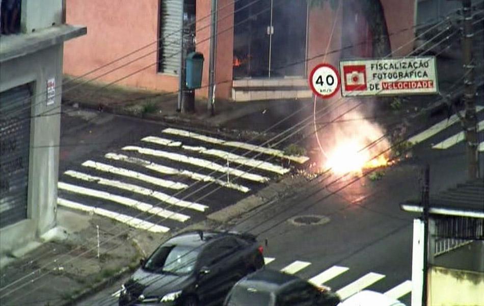 Fogo causado por curto em fiação em São Paulo após fortes chuvas