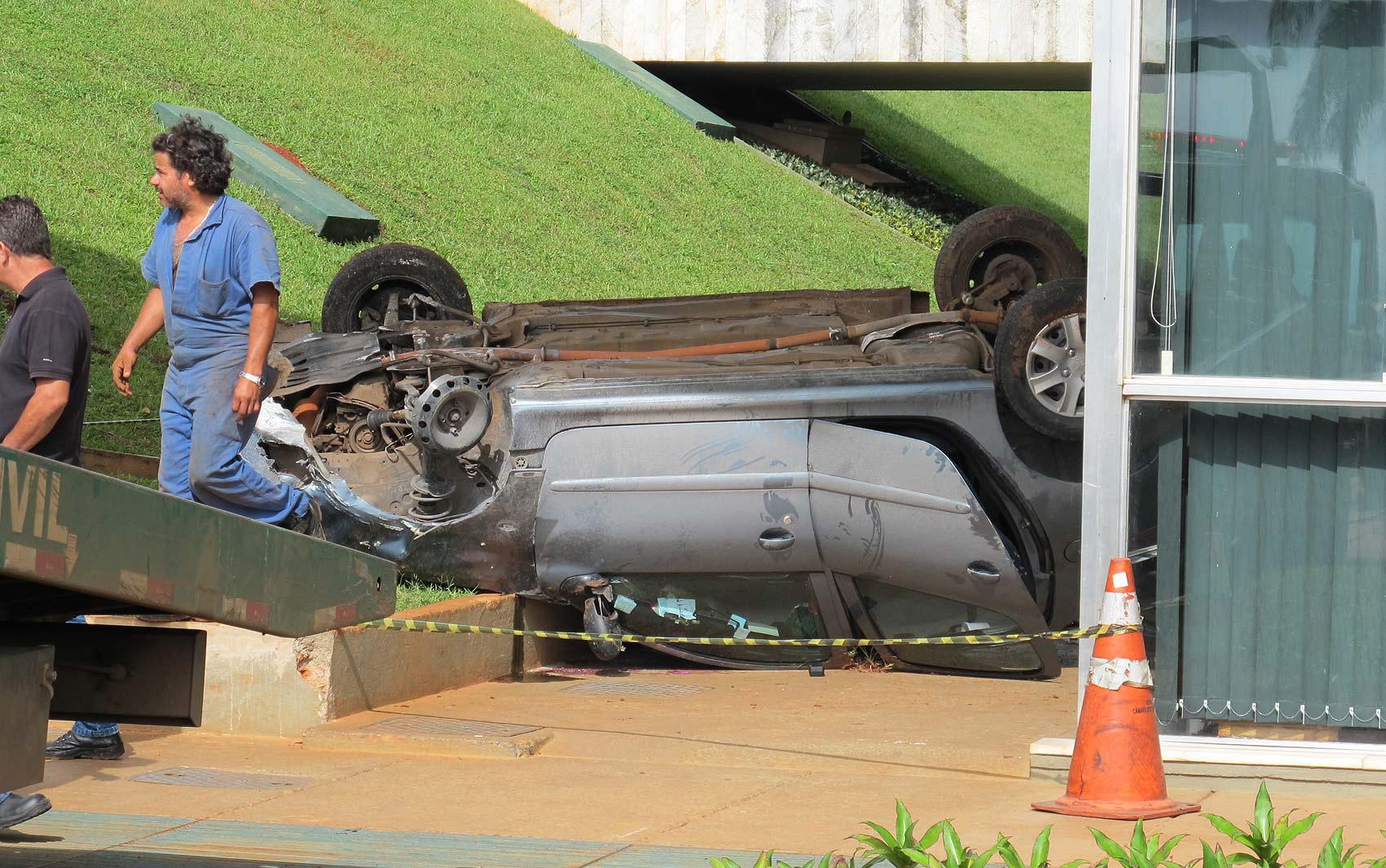 Veículo tombado em frente à lateral do edifício da Câmara dos Deputados na manhã desta quarta (22)