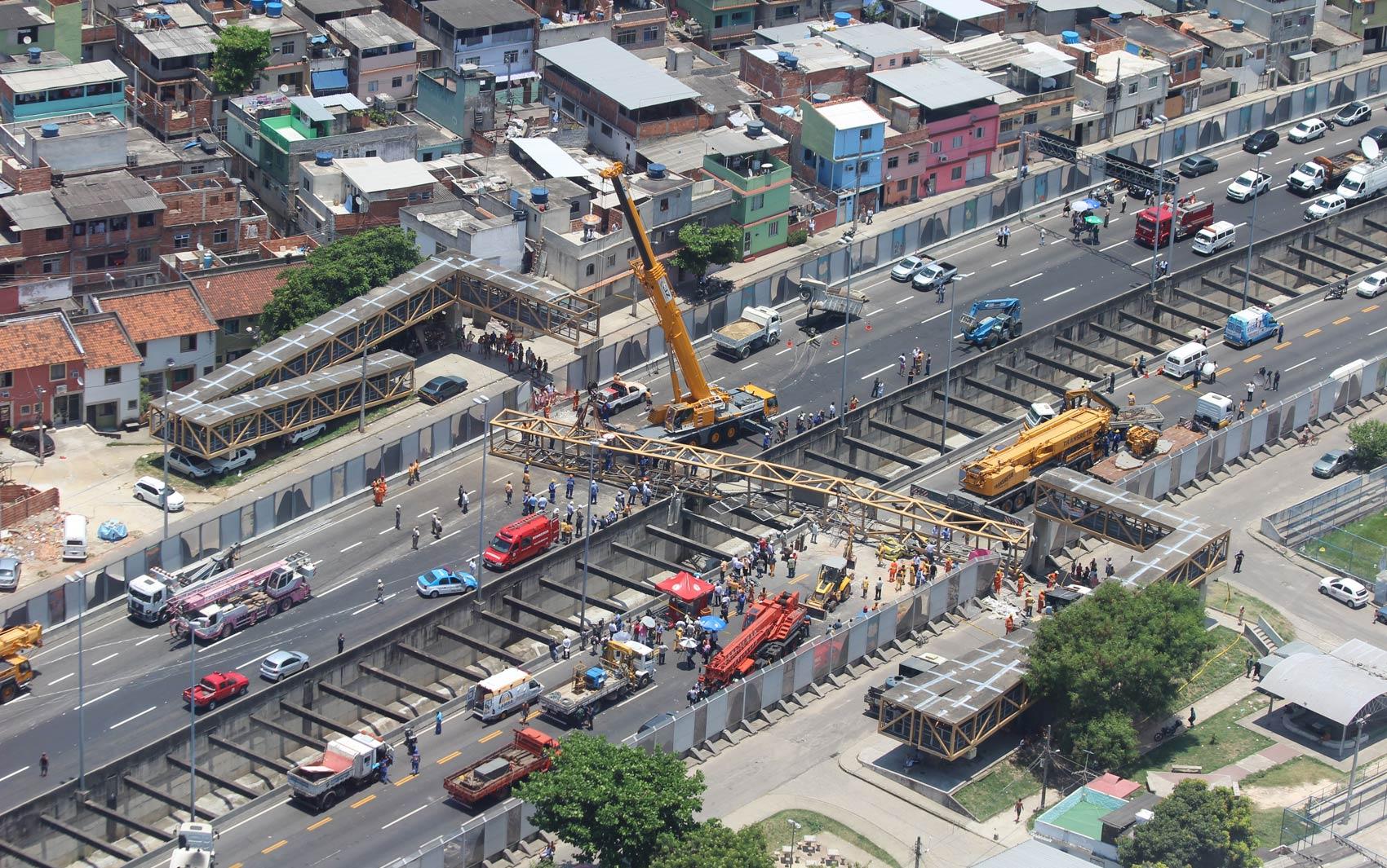 Imagem aérea mostra gruas sendo usadas para retirar a estrutura da passarela e os veículos atingidos das pistas da Linha Amarela