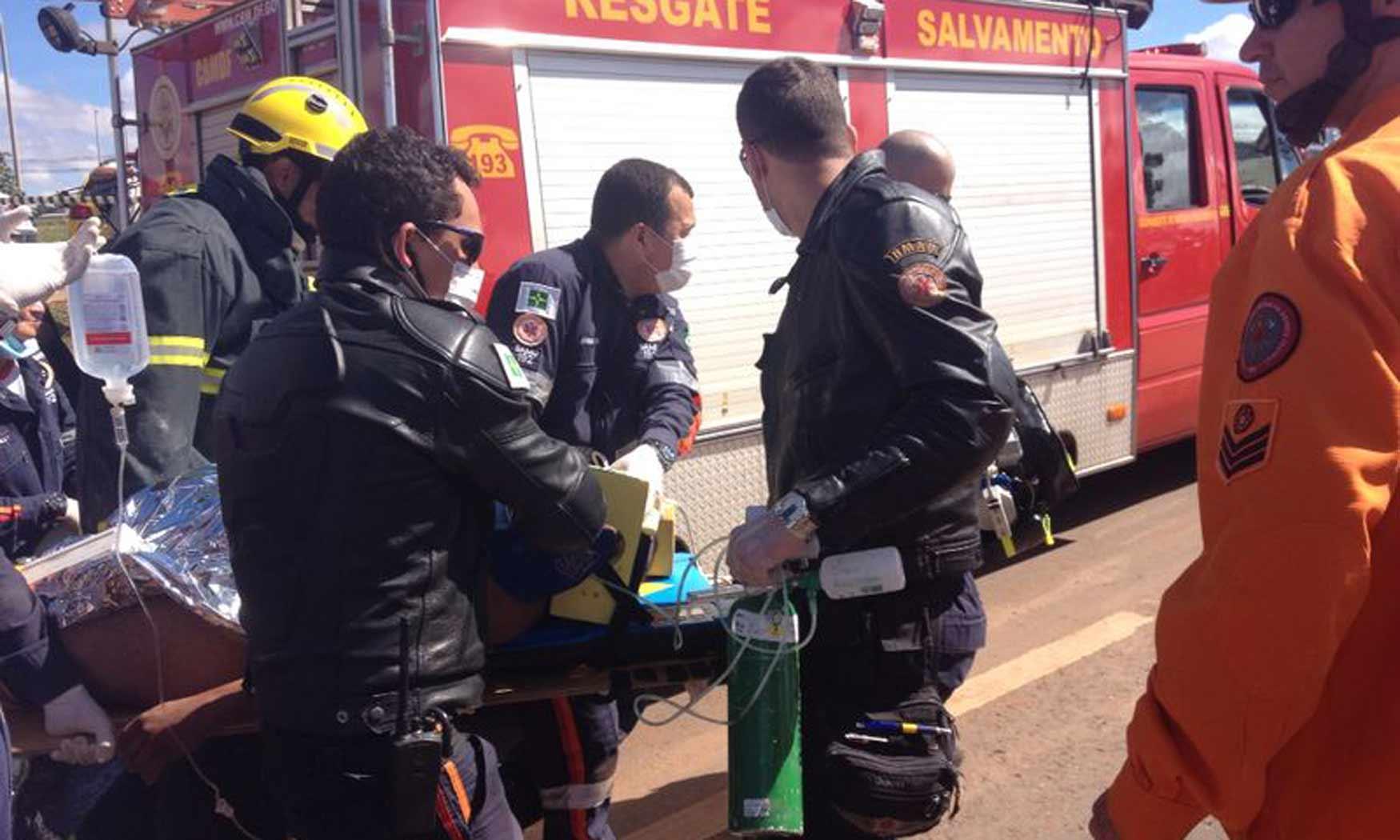 Operário que ficou preso em tubulação após rompimento de adutora é resgatado por bombeiros