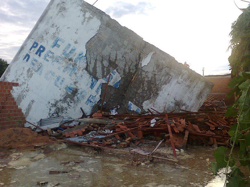 Reservatório com 250 mil litros rompeu e destruiu três casas em Água Branca