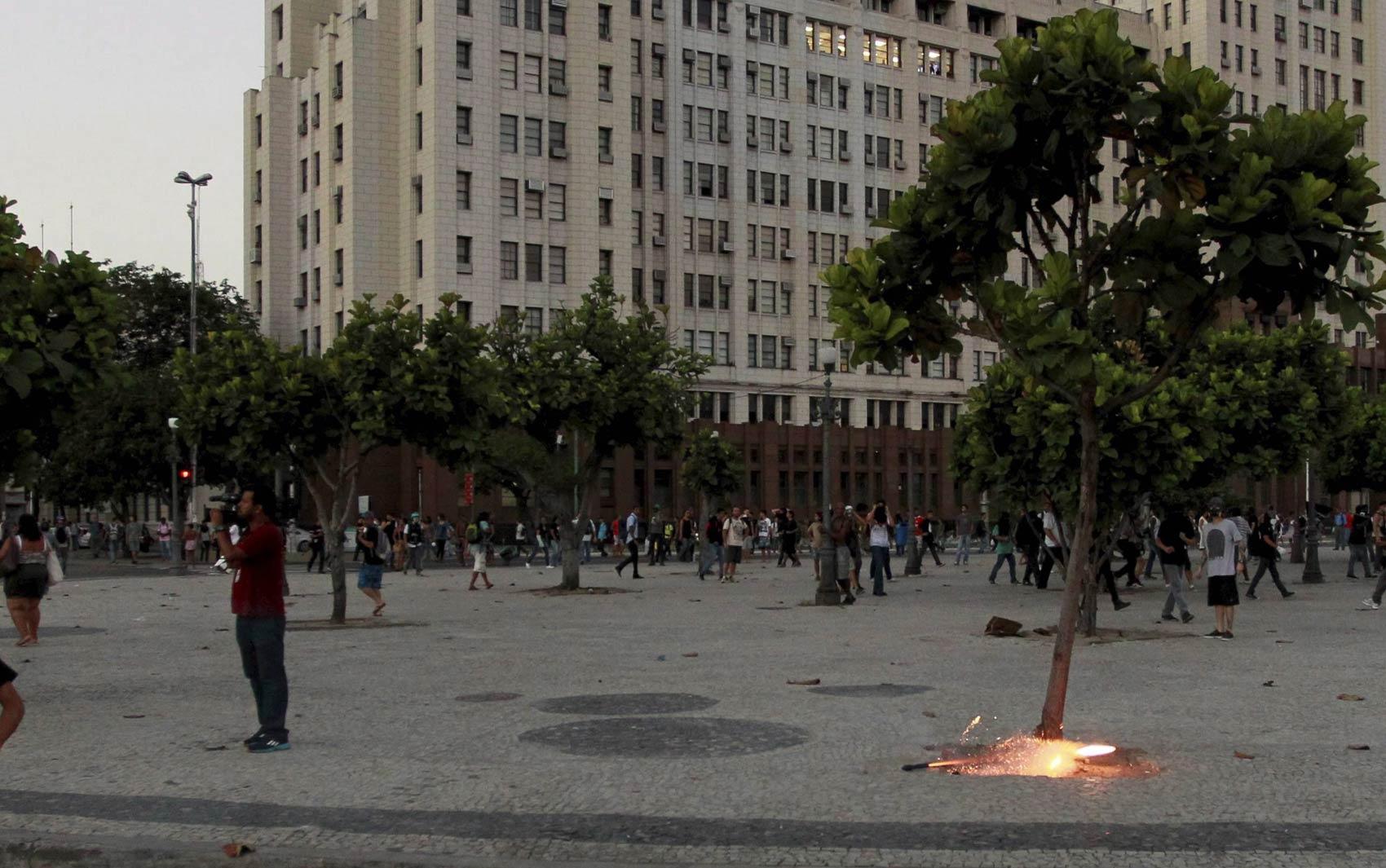 Artefato é visto no chão logo antes de disparar na direção da cabeça do cinegrafista da Band no Centro do Rio