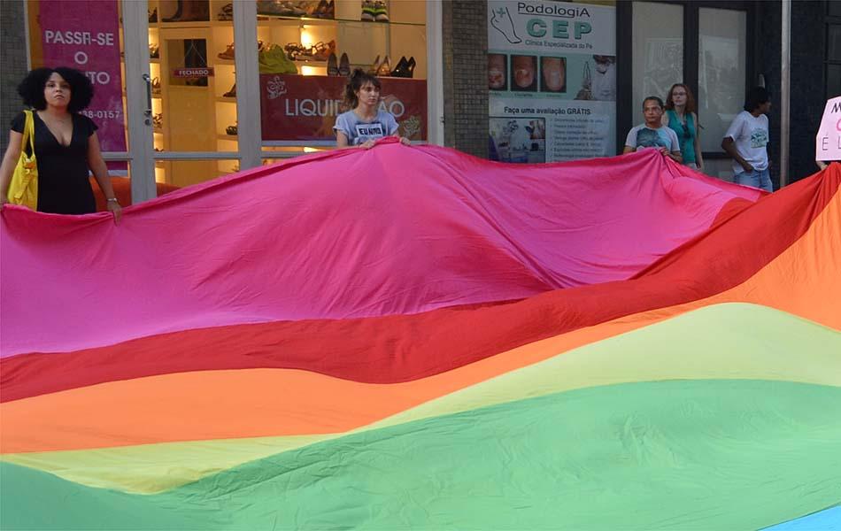 Grupo estende bandeira do movimento gay em frente ao Shopping Santa Úrsula em Ribeirão Preto, SP