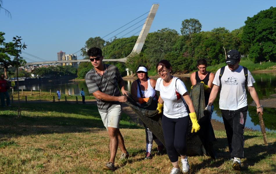 Grupo de mobiliza pelo Facebook e faz 'faxina' no Rio Piracicaba, que está com a menor vazão em 50 anos