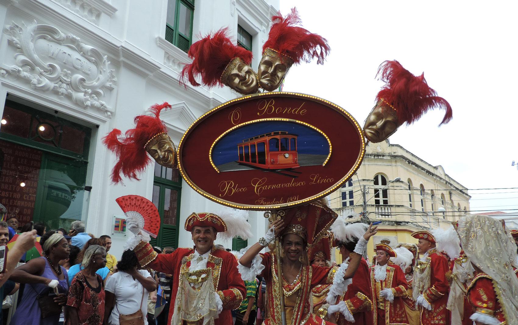 Ao lado de fora do Paço do Frevo, o bloco O Bonde animou o povo na Praça do Arsenal, no Recife