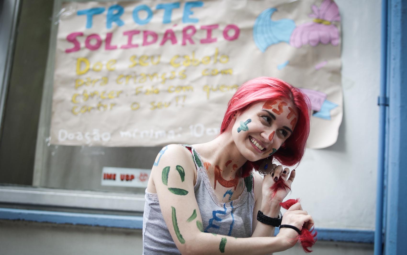 Caloura de estatística da USP, Camila Fontoura, de 18 anos, doa parte do cabelo cortado para ONG que ajuda crianças com câncer