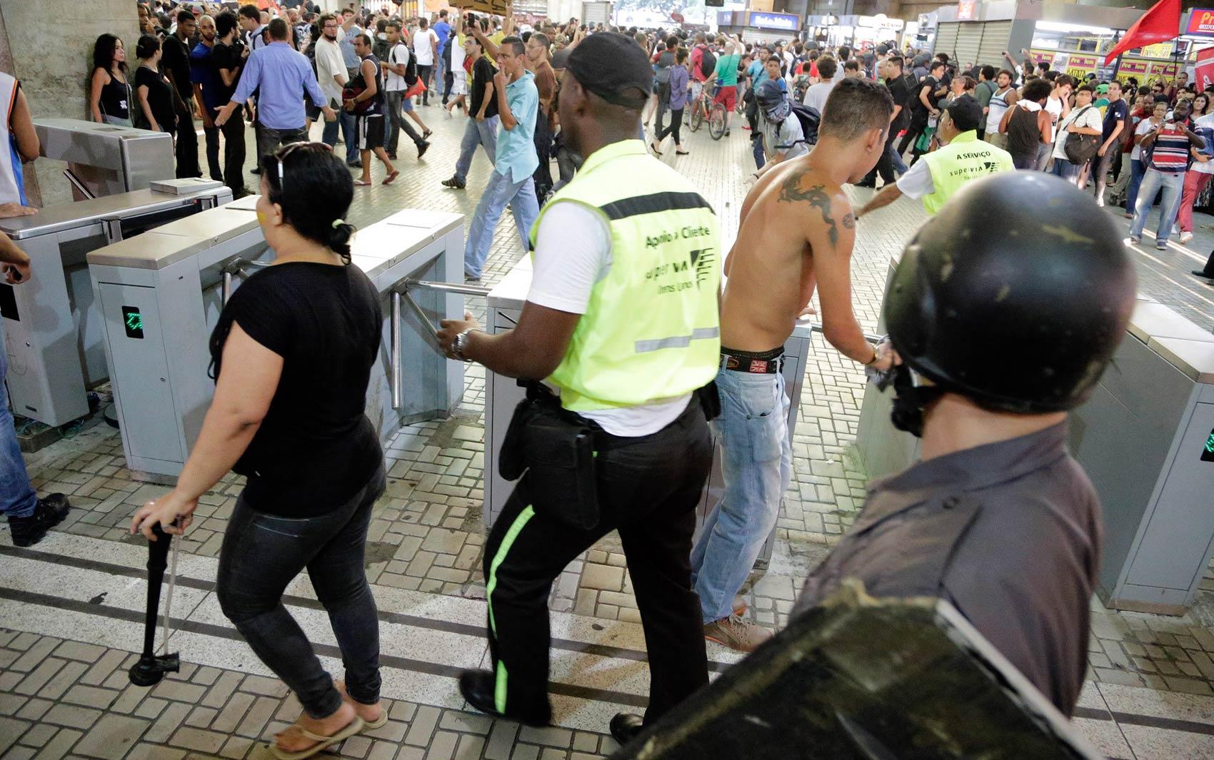 Caio Silva de Souza, acusado de disparar o rojão que matou o cinegrafista Santiago de Andrade, aparece sem camisa durante o a manifestação do ultima quinta-feira (6)