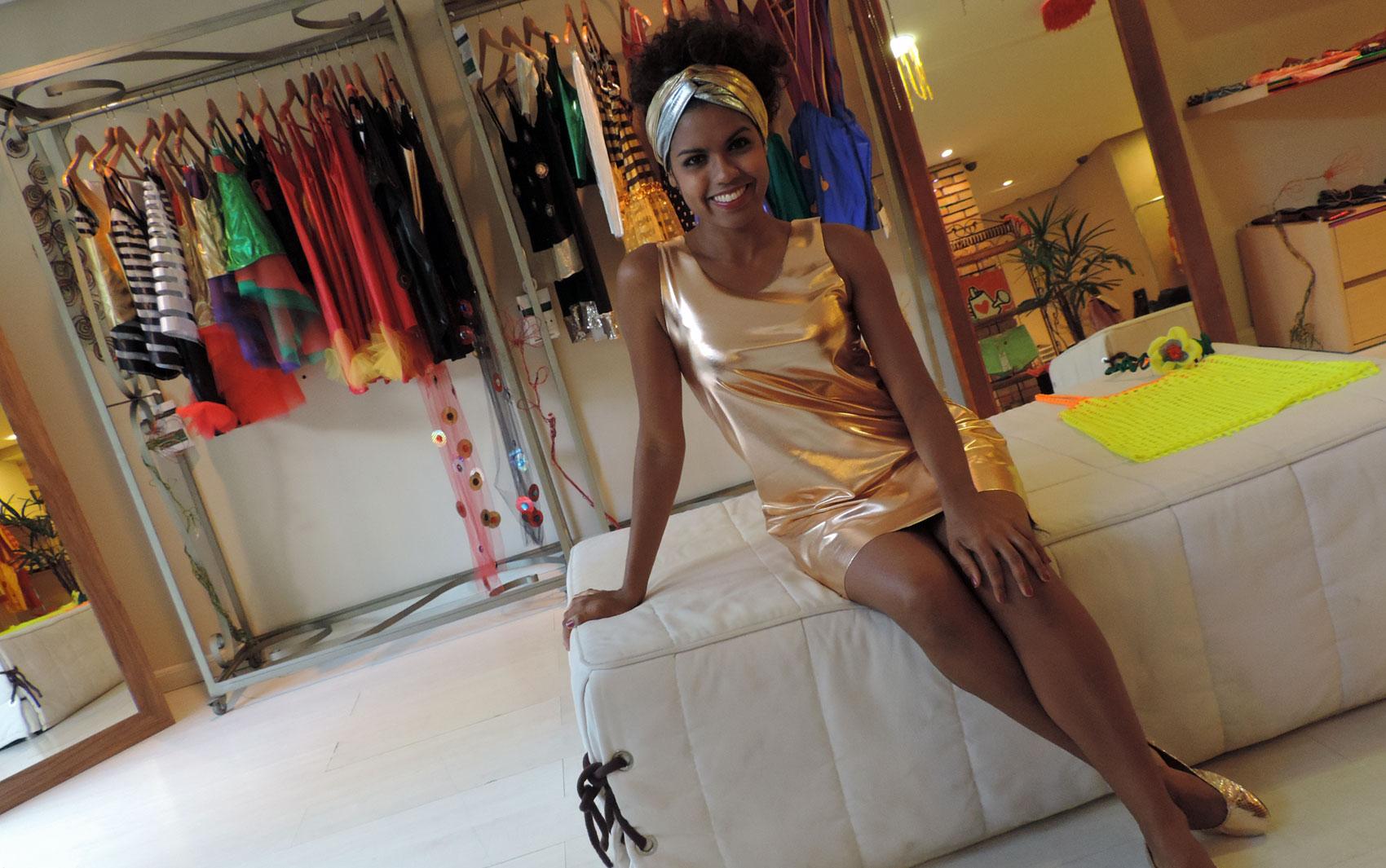 Modelo Janaína Gomes veste turbante da Calma Monga! (R$ 25), vestido colombina (R$ 165) e sapatilha Juliana Beltrão (R$ 129)