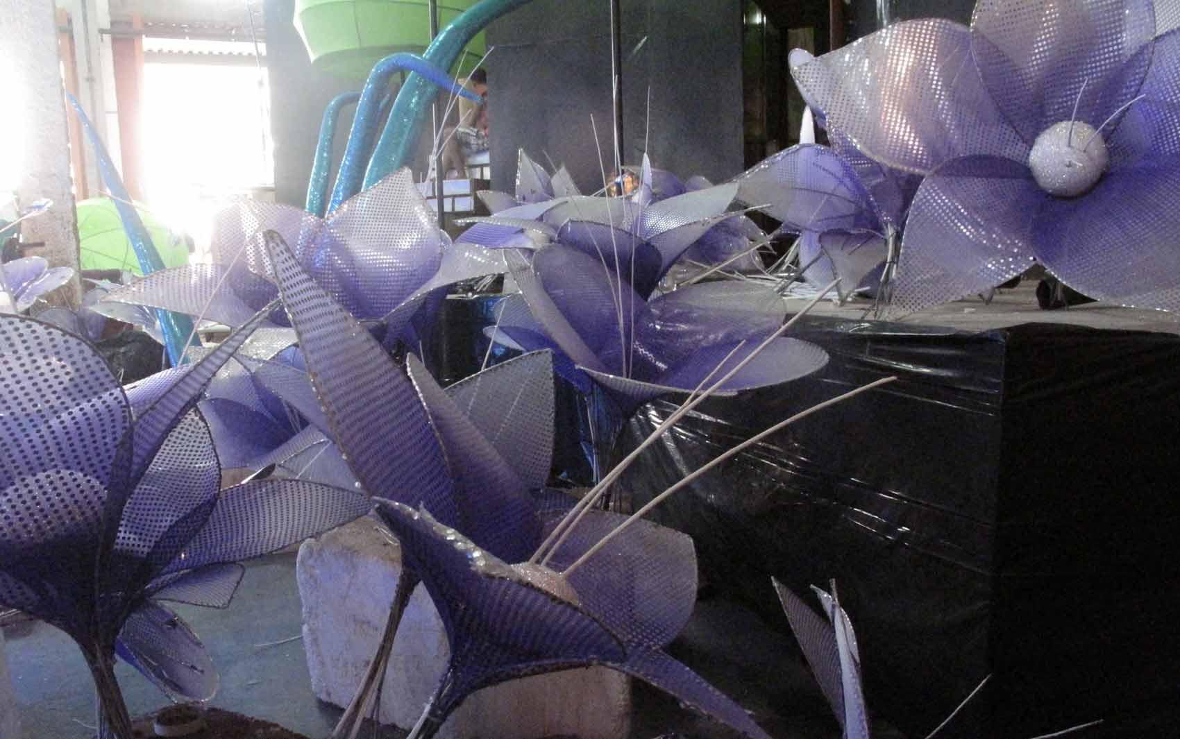Flores lilás vão decorar um dos carros alegóricos do Salgueiro.